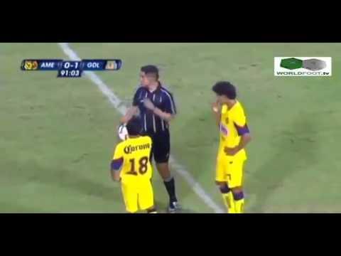 【喧嘩ケンカ?】警察忙しすぎwサッカーの試合中に観客乱入!
