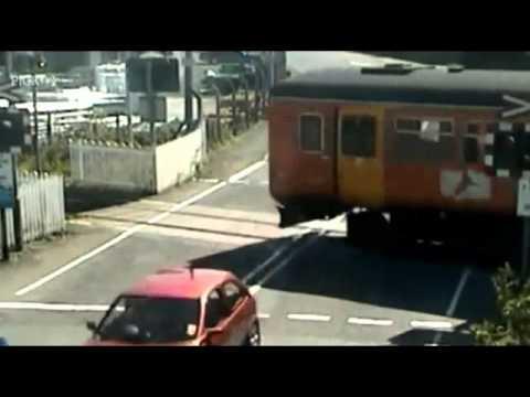ギリギリ!電車とスレスレで危機一髪。監視カメラ映像