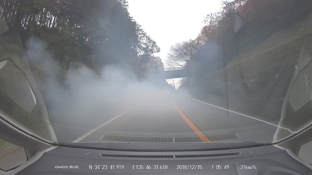 【ドラレコ】煽り運転を大量の白煙で撃退する軽トラック