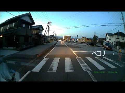 【ホッコリする動画】横断歩道を渡った子供が丁寧なお辞儀