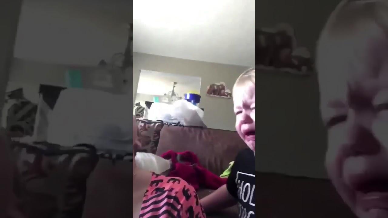 【爆笑】赤ちゃんがママにおしゃぶり貸して大号泣w