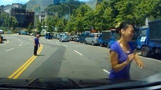 【ドラレコ】中国の当たり屋 基地外女が車に突撃して来る映像