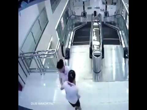 【閲覧注意】エスカレーターで落下事故【海外】