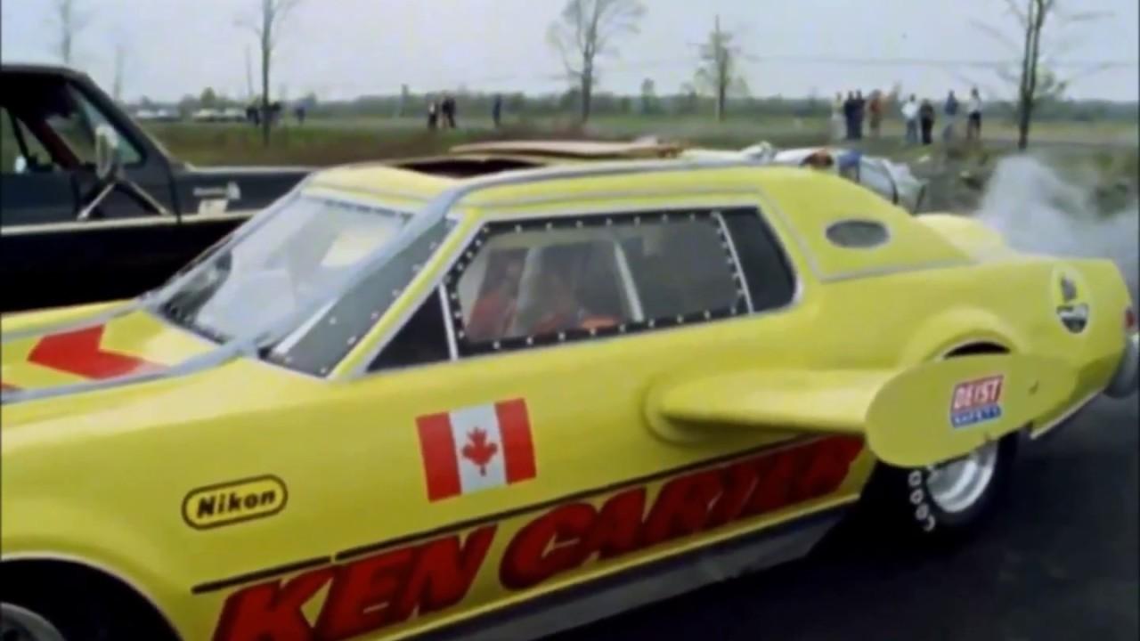 ロケットカーで幅1600メートルの川を飛び越えようとして失敗し、背骨を骨折してしまうスタントマン。1979年カナダ