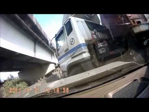 衝突してきたトラックのDQN運転手全く謝らないクソすぎワロタww