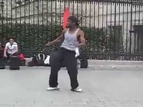【拍手喝采】笑いが止まらない黒人のロボットダンス !