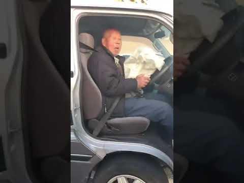 【衝撃】完全にボケた高齢者が駐車場の車に突っ込みアクセル全開!アクセルとブレーキの認識もできていない様子